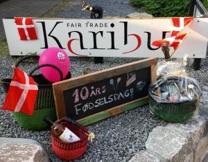 Lørdag den 26. august fejrer butik Karibu 10 års fødselsdag. Vi byder på kaffe, te, saftevand og fødselsdagslagkage til alle vores kunder ml. kl. 11-14.